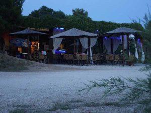 Один из множества ресторанов на берегу моря