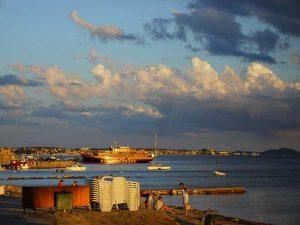 Берег моря, лодки и катера напрокат